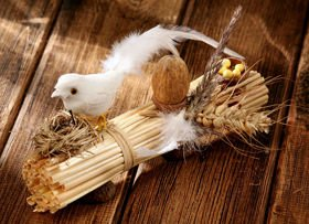 Bird of feathers on bunch of straw - handicraft - ca. 20 cm