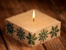 Rustic candle in jute- Green Snowflakes 10cm x 10cm