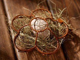 Wire basket with eggs and hay 12 cm