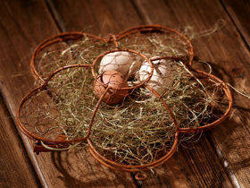 Wire basket with eggs and hay 20 cm