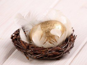Wooden ball in nest, 10-12 cm, gold