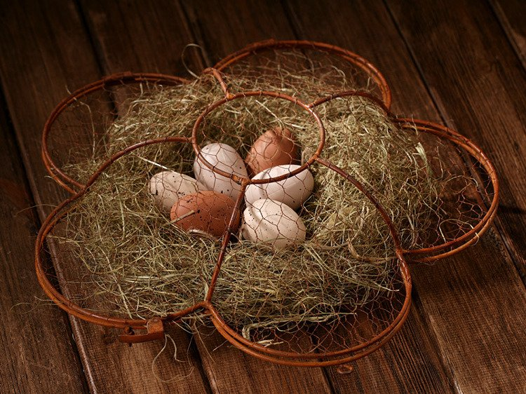 Wire basket with eggs and hay 38 cm