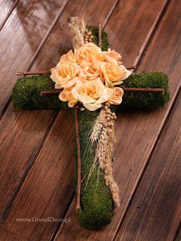 Krzyż z mchu ze zbożem