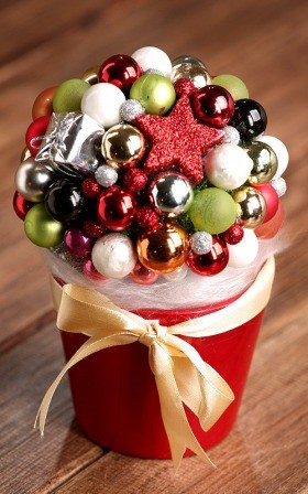 Arrangement 10011 Christmas ball in red flower pot