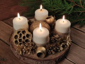 CHRISTMAS CANDLES on a spruce slice with natural winter decorations