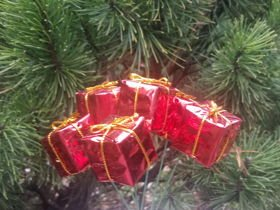 Gifts on wire, 6 pcs/pkg - red