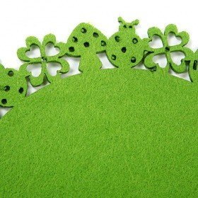 Green felt mat with clovers 20 cm
