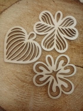Natural decoration, Wooden leaves 8 cm / 3 pcs.