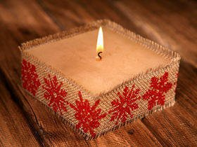 Rustic candle with jute- Red Snowflakes 10x10cm