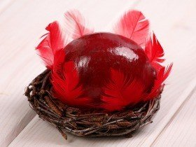 Wooden ball in nest, 10-12 cm, claret
