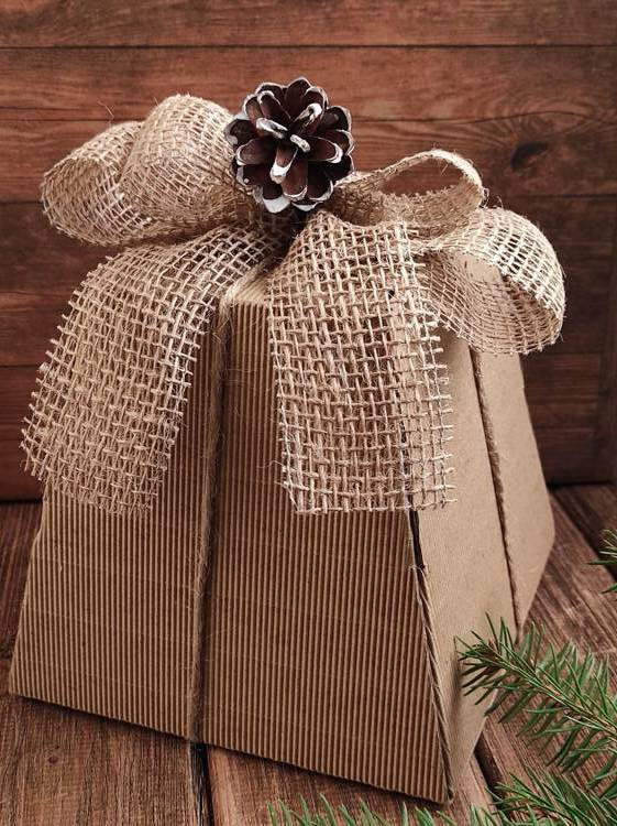 Gift box with a jute bow 16/16/21 cm
